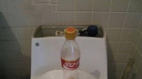 给马桶水箱一个可乐瓶